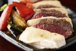 写真:一押し和牛料理「和牛とチーズの瞬間スモーク」